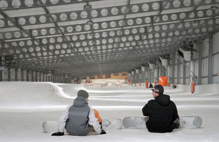 scn# 75p na Ben suggests this for lead photo QTSKI1 AMNÉVILLE, FRANCE 6 Jun. 07 Ben Bloker/Stars and Stripes Snowboarderss prepare to make a quick run at Snowhall, Europe's longest indoor ski run Jun. 6th, 2007 in Amnéville, France. The half-kilometer hill is peppered with an assortment of rails and jumps available year-round.