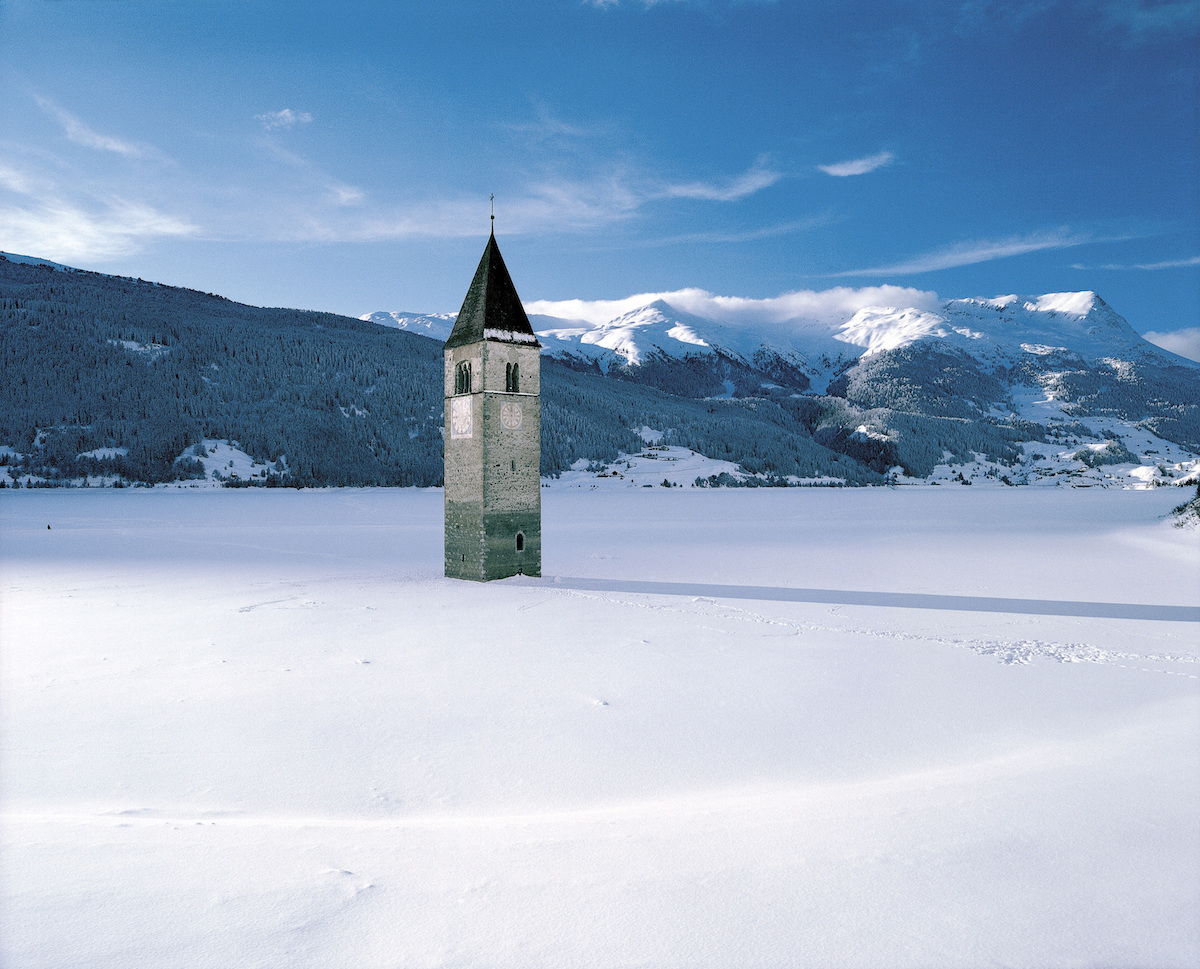 Der im See versunkene Grauner Kirchturm am Obervinschger Reschensee ist zu einem pittoresken Wahrzeichen der Region geworden.